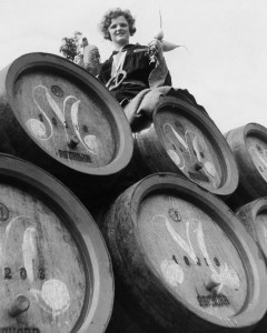 """(GERMANY OUT) Das Muenchener Kindl mit Masskrug und 'Radi` hält auf einem der grossen Bierwagen seinen Einzug auf der """"Wies'n""""- 1935Erschienen in B.I.Z. 40/1935Fotografie: Hanns Hubmann (Photo by Hanns Hubmann/ullstein bild via Getty Images)"""